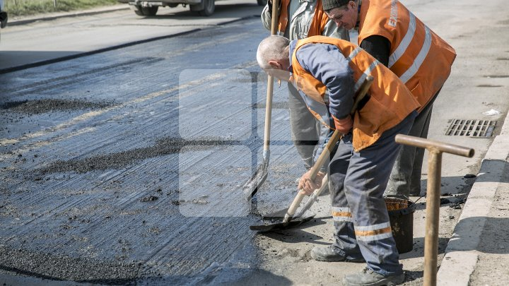 BĂTAIE DE JOC! Cum au frezat o porţiune de asfalt câţiva muncitori din Capitală (FOTO)