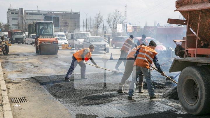 Trafic pe strada Vasile Lupu din sectorul Buiucani. Continuă lucrările de reparaţie a drumului
