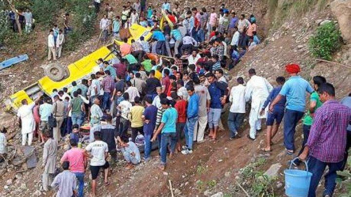 ACCIDENT ÎNFIORĂTOR: Cel puţin 27 de copii au murit după ce un autobuz şcolar a căzut într-o prăpastie (VIDEO)