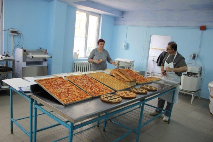 Pizza, biscuiţi şi cozonaci italieni la Cimişlia! 20 de moldoveni învaţă meserie de la un faimos brutar italian
