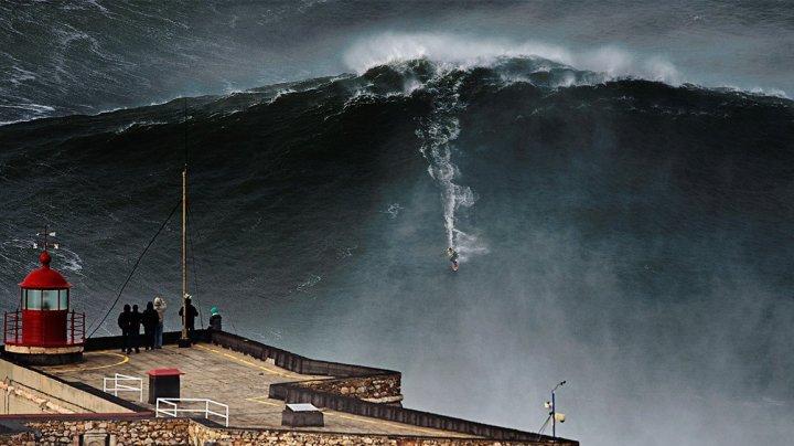 Performanţă uluitoare! Un tânăr a plutit pe un val de aproape 25 de metri înălţime (VIDEO)