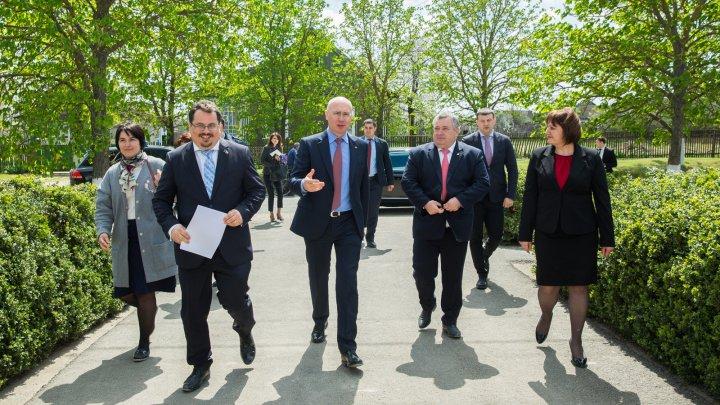 Modalitățile de implicare activă a societății civile în dezvoltarea locală, discutate de premierul Filip şi  Ambasadorul UE în Moldova
