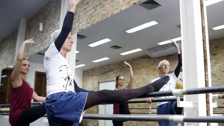 Vârsta nu este o sentinţă! Un bărbat şi-a îndeplinit marele vis al copilăriei: a devenit balerin