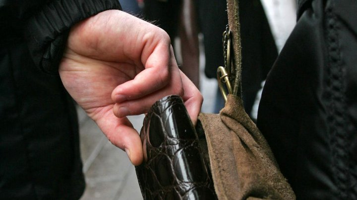 O româncă din Italia a fost atacată de un hoț. Carabinierii au intervenit pentru a-l salva pe infractor
