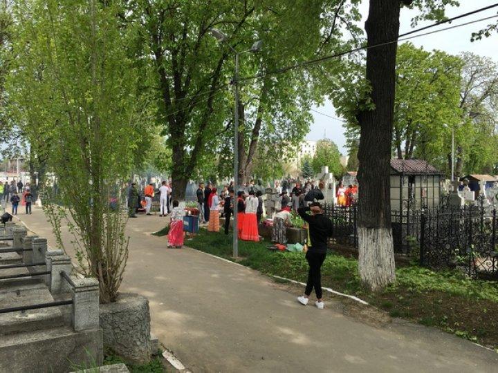 Grătare printre morminte, obicei al rromilor, de Blajini: Asta e tradiţia noastră, paştele morţilor (FOTO)