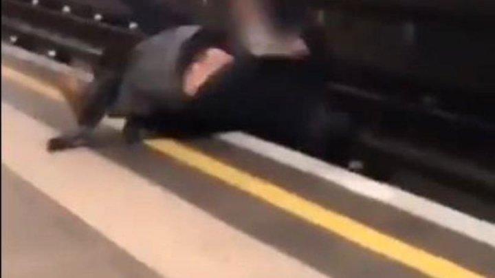 IMAGINI CU PUTERNIC IMPACT EMOŢIONAL! Doi bărbați în stare de ebrietate au căzut pe șinele de metrou (VIDEO)