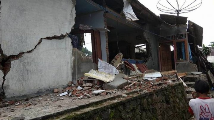 Cutremur puternic în Indonezia. Doi morţi şi sute de clădiri avariate