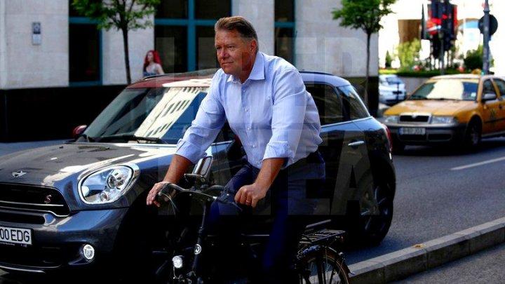 Cum a fost surprins Președintele României în centrul Bucureștiului. S-a dus cu bicicleta la muncă (FOTO)