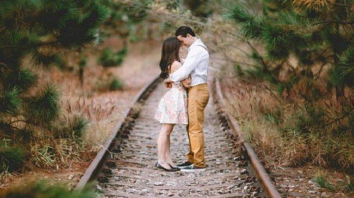 CAZ ŞOCANT! S-au sărutat, s-au luat de mână și au sărit în fața trenului, îngrozind mulțimea