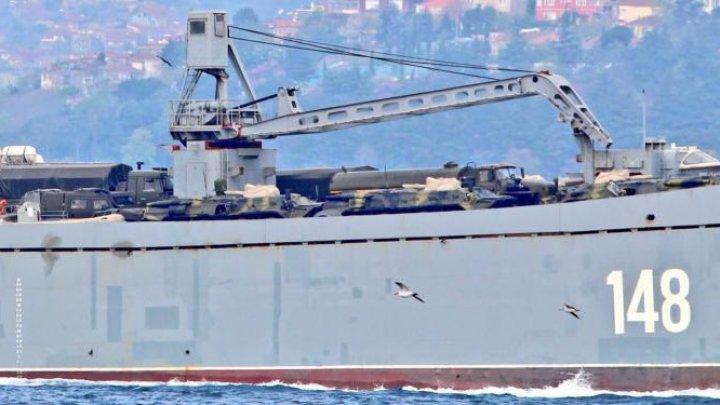 Nave de război ruse încărcate cu tancuri şi echipamente militare, reperate în drum spre Siria