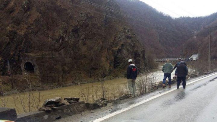 TRAGIC! Doi părinţi au murit după ce maşina lor s-a răsturnat în râu. Fiica lor, scoasă din apă de un martor