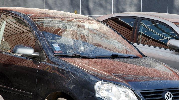 Un moldovean şi-a lăsat copilul de doar un an încuiat în mașină și a mers să-și rezolve treburile