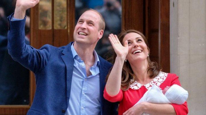 DISCUȚIE REGALĂ: Ce i-a spus prințul William la ureche lui Kate, când au ieșit cu copilul în fața spitalului