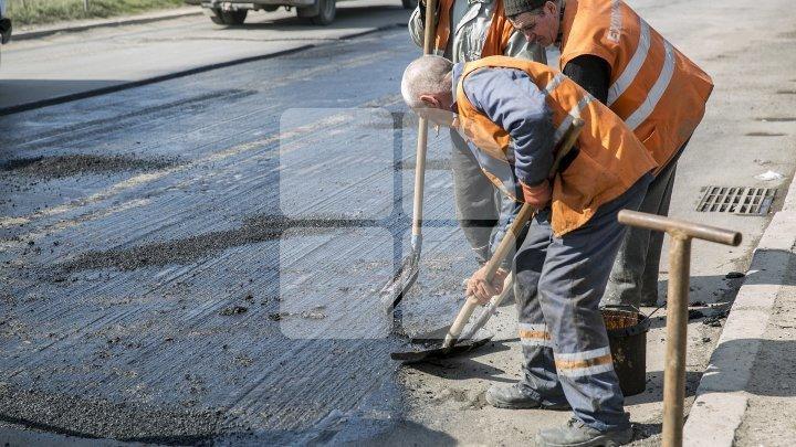 Continuă reparaţia drumurilor din Capitală. Străzile pe care va fi suspendat temporar traficul rutier