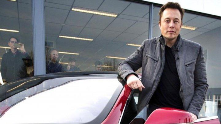 Elon Musk înlocuiește roboții cu oameni la Tesla: Automatizarea excesivă a fost o greșeală