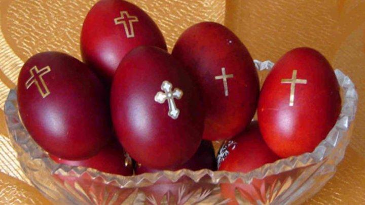 Joia Mare, ziua în care se înroșesc ouăle și SE POMENESC MORȚII. Ce trebuie să faci pentru liniștea celor adormiți