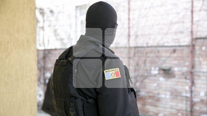 PERCHEZIȚII în Capitală și la Cantemir. Un moldovean, suspectat de confecționarea actelor de identitate false