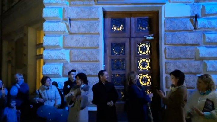 Primăria Capitalei, în lumini albastre, în semn de solidaritate cu persoanele care suferă de autism (VIDEO)