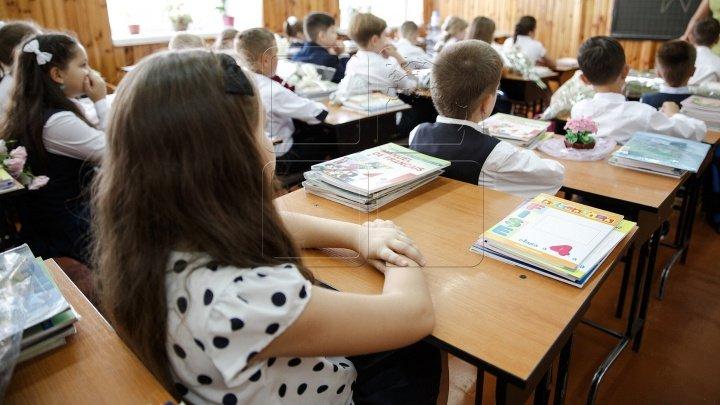 Școlile din stânga Nistrului cu predare în grafie latină vor primi câte 100 de mii de lei din partea statului