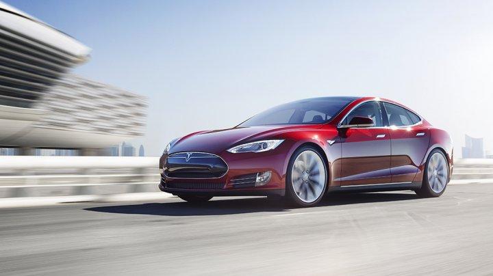 Tesla închide magazine și reduce considerabil preţul unui automobilul