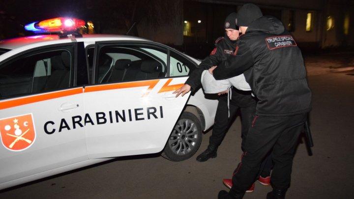 Carabinierii au prins o persoană care a sustras o coroană funerară de la Monumentul lui Ștefan cel Mare și Sfânt (VIDEO)