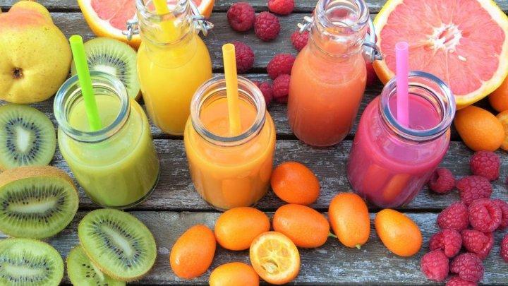 Sucuri naturale care hrănesc organismul. Cum trebuie preparate băuturile