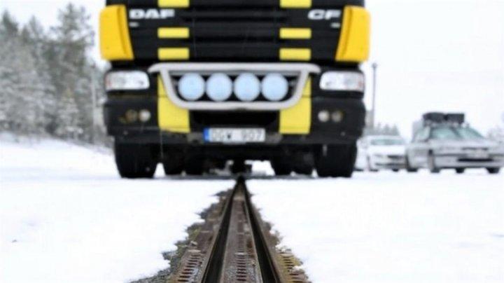 INCREDIBIL! Suedia a inaugurat un drum care încarcă mașinile electrice din mers