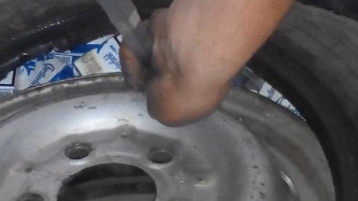 12.000 de țigarete ascunse în pneurile roților de rezervă, depistate de vameşii de la Cahul. Unde pleca şoferul