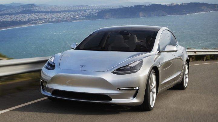 Elon Musk: Fabricile Tesla vor lucra 24/7 pentru a produce 6.000 de maşini Model 3 pe săptămână