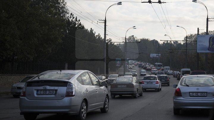 COŞMARUL ŞOFERILOR. Cum arată o intersecţie aglomerată în Chişinău (FOTO)