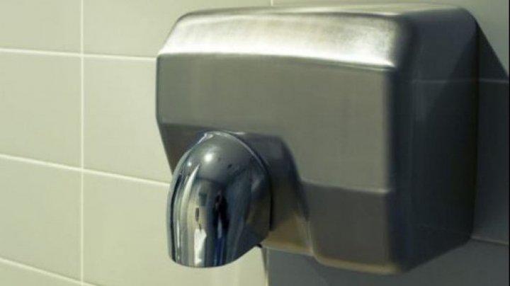 BINE DE ŞTIUT! De ce n-ar trebui să mai folosești niciodată uscătorul de mâini din toaletele publice