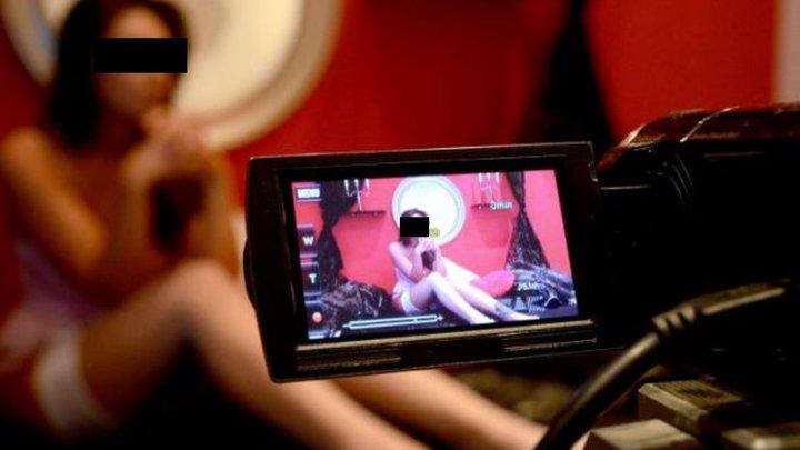 """Videochatul, o """"afacere profitabilă"""" în Moldova. Ce le determină pe tinere să se dezbrace în faţa camerei web (VIDEO)"""