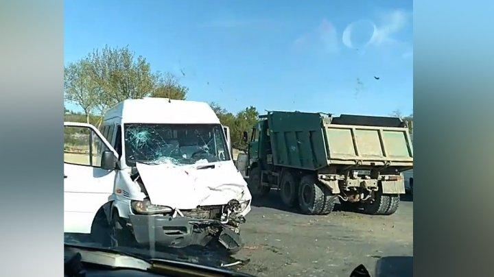 ACCIDENT GRAV pe drumul național Chișinău - Vatra. Un camion s-a izbit violent de un microbuz. Doi copii, RĂNIȚI (VIDEO)