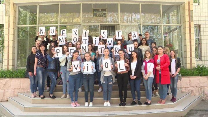 Denim Day la Chişinău. Elevii de la liceul Vasile Alecsandri au demonstrat că sunt împotriva hărțuirilor sexuale