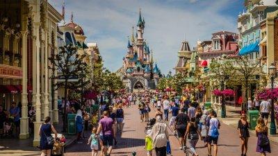 Oferte pentru minivacanţa de 1 iunie: Cât costă o vizită la delfinariul din Odesa sau la Disneyland-ul din Paris