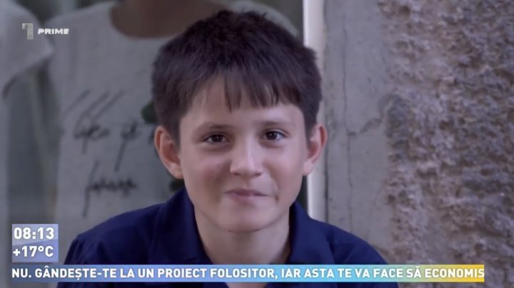 POVESTEA EMOŢIONANTĂ a lui Cristian, băiatul de 12 ani din Sireți care vinde verdețuri pentru a-și ajuta mama (VIDEO)