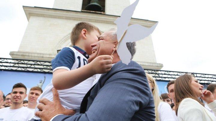 Vlad Plahotniuc de 9 MAI: Au fost vremuri cumplite pe care îmi doresc să nu le trăim vreodată, nici noi, nici copiii noștri (FOTO)