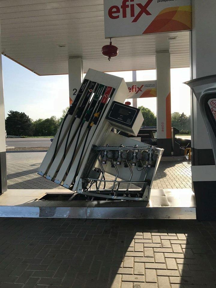 Isprava unei şoferiţe neatente. A alimentat maşina la o benzinărie şi a plecat cu pompa după ea (FOTO)
