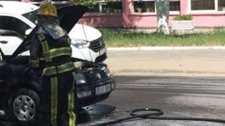 O maşină, cuprinsă de flăcări în apropiere de Parcul de Troleibuze Nr.1. Pompierii la faţa locului (FOTO)