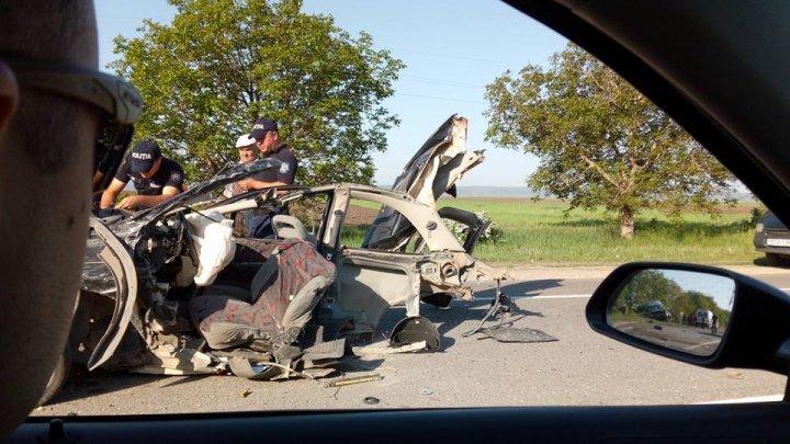 Detalii noi privind ACCIDENTUL CUMPLIT de la Orhei. Un tânăr mort şi o maşină ruptă în două. Prietenii victimei, ŞOCAŢI (FOTO)