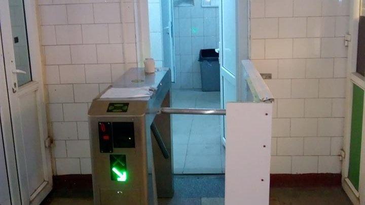 """Ce-au instalat la WC-ul din piața centrală din Brăila. """"Investiția"""" de 1200 de euro i-a lăsat pe toți cu gura căscată"""