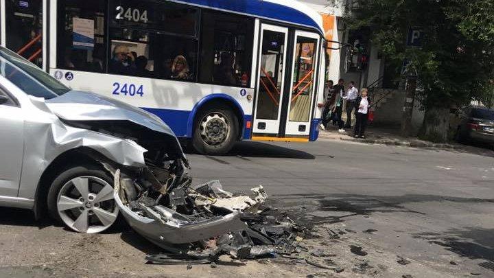 ACCIDENT în centrul Capitalei. O maşină a rămas fără bot (FOTO)