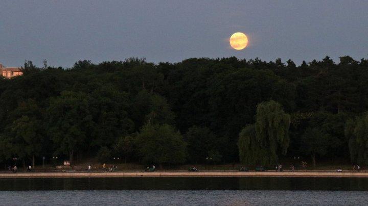IMAGINI ULUITOARE! Cum a fost văzută luna plină florală în Chişinău şi în diferite colţuri ale lumii (FOTO)