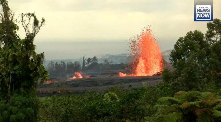 FÂNTÂNĂ ARTEZIANĂ DE LAVĂ în Hawaii. Imagini spectaculoase cu lava care țășnește din pământ (FOTO/VIDEO)