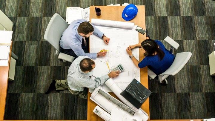 Studiu: Angajaţii care lucrează în birouri sunt deranjaţi de zgomotul ambiental