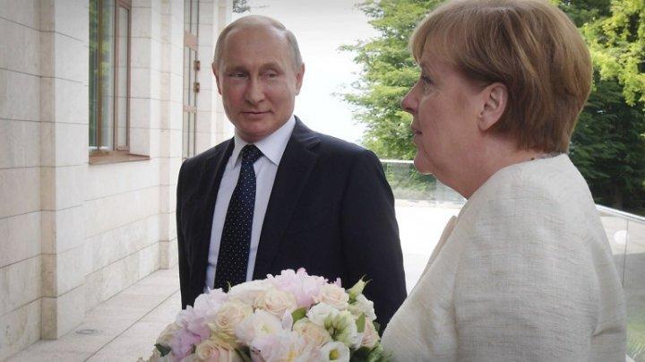 """""""Mesajul ascuns"""" al gestului lui Putin. De ce i-a oferit flori Angelei Merkel"""