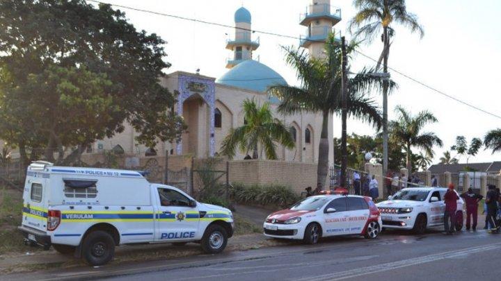 Un mort şi doi răniţi după ce mai mulţi indivizi au lansat atacuri într-o moschee din Africa de Sud