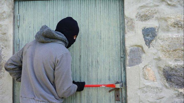 Furtul anului. Trei hoţi au dat buzna într-o gospodărie din Floreşti, l-au bătut pe proprietar şi au furat 2 borcane cu untură