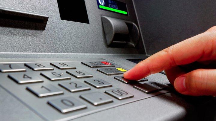 MARE ATENŢIE! Tot mai mulţi moldoveni, păcăliţi la terminalele de plată. Cum îţi recuperezi banii (VIDEO)