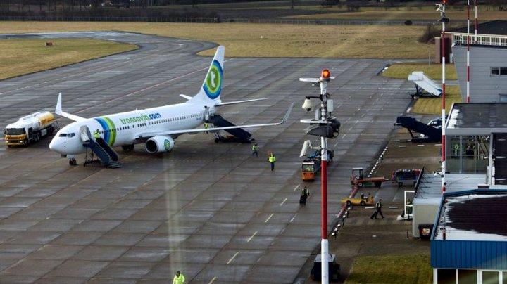 Şi de râs şi de plâns! Un avion cu destinația Amsterdam a aterizat de urgență din cauza mirosului insuportabil venit de la un pasager